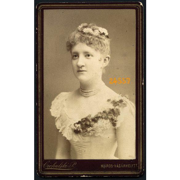 Ciehulski műterem, Marosvásárhely, Erdély, elegáns hölgy virágokkal, portré, 1870-es évek, Eredeti CDV, vizitkártya fotó.