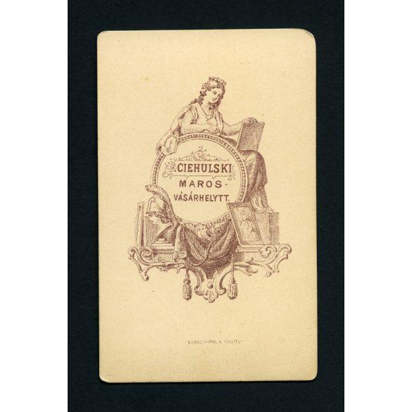 Ciehulski műterem, Marosvásárhely, Erdély, elegáns karcsú hölgy legyezővel, portré, 1860-as évek, Eredeti CDV, vizitkártya fotó különös hátlappal.