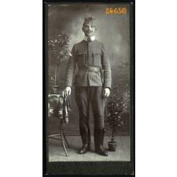 Kiss műterem, Csorna (Kapuvár), magyar katona bajusszal, 1. világháború,  egyenruha,  egész alakos portré, 1910-es évek, Eredeti kabinet fotó.