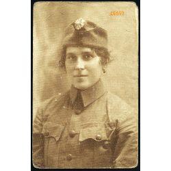 Csinos hölgy 1. világháborús katonai egyenruhában, őszirózsás sapkajelvény, 1918 (?) 1910-es évek, Eredeti fotó, papírkép.