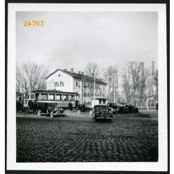 Autók villamossal, Miskolc, Tiszai pályaudvar, Steyr, Fiat, jármű közlekedés,  város, 1939, 1930-as évek, Eredeti fotó, papírkép.