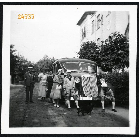 Elegáns család autóbusszal, kutyával, busz, jármű, közlekedés, 1930-as évek, Eredeti fotó, papírkép.
