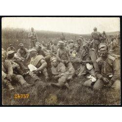 Magyar katonák orosz hadifoglyokkal, 1. világháború, egyenruha, puska, keleti front, 1910-es évek, Eredeti fotó, papírkép.