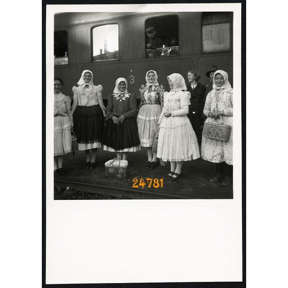 Tóth lányok, Perbenyik vasútállomás, Felvidék, népviselet, vonat, jármű, közlekedés,  1939, 1930-as évek, Eredeti fotó, papírkép.