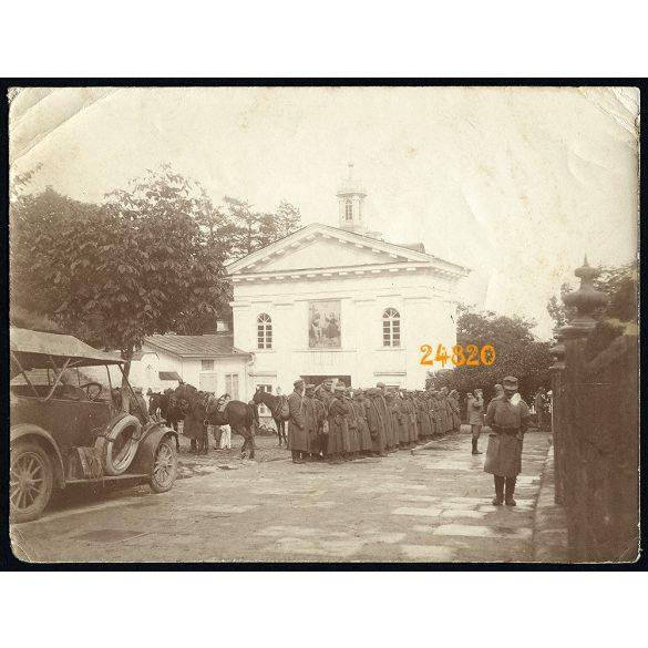 Magyar katonák orosz hadifoglyokkal, autó, 1. világháború, keleti hadszíntér, jármű, közlekedés,  1915, 1910-es évek, Eredeti fotó, papírkép.