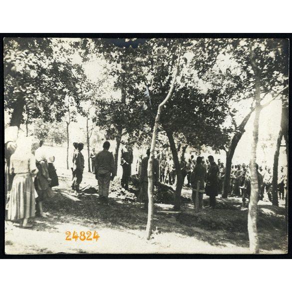 Magyar katona temetése, 1. világháború, keleti hadszíntér, 1915, 1910-es évek, Eredeti fotó, papírkép.