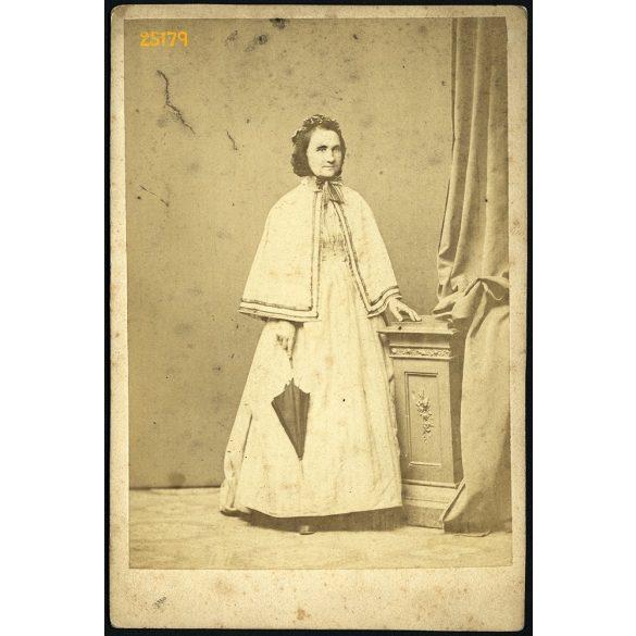 Martin Jánosné született Lauterbach Auguszta egészalakos portréja, 1860-as (!) évek, Eredeti kabinet fotó.