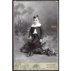Dunky műterem, Kolozsvár, Erdély, elegáns fiú egészalakos portréja, festett háttér, 1900-as évek, Eredeti kabinet fotó.   méret megközelítőleg (centiméterben): 10.5 x 16.5 Használt! Ere