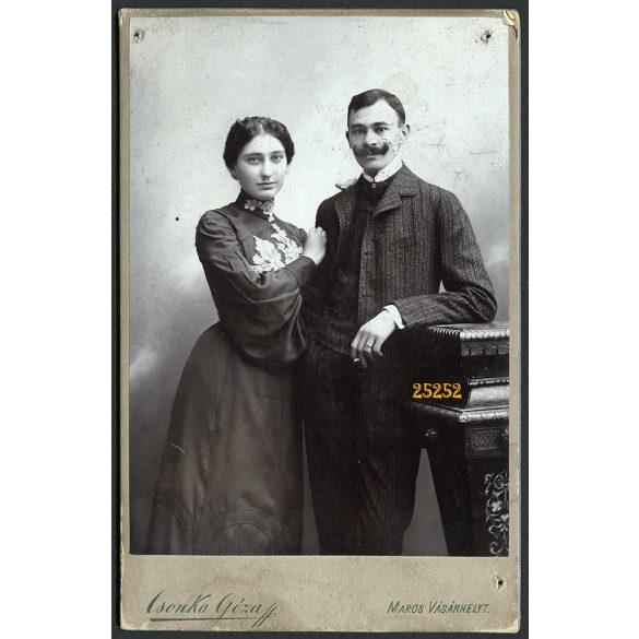 Csonka műterem, Marosvásárhely, Erdély, elegáns pár portréja, bajusz, cigaretta, 1908, 1900-as évek, Eredeti kabinet fotó, hátlapon a mester műtermének rajza, a fotón 3 apró lyuk.