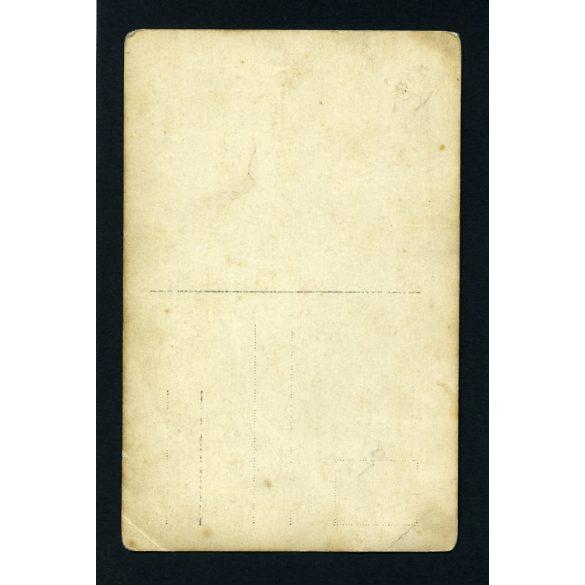 Elegáns módos gazdaasszony ünneplőben, imakönyvvel, egész alakos portré, 1920-as évek, Eredeti fotó, papírkép.