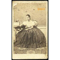 Elegáns hölgy, Sikabonyi Angyal Ella portréja, különös szoknya, ismeretlen műterem, 1864, 1960-as évek, Eredeti CDV, vizitkártya fotó.
