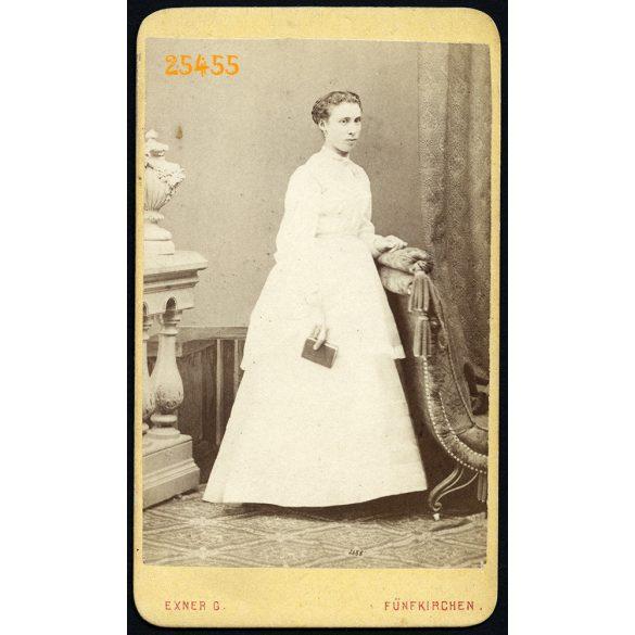 Exner műterem, Pécs (Fünfkirchen), elegáns hölgy hosszú ruhában, 1860-as évek, Eredeti CDV, vizitkártya fotó gyönyörű hátlappal.
