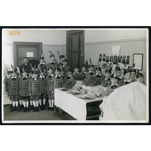 Iskolás fiúk darutollas nemzeti sapkában, egyenruhában, Brodszky fotóriporter, Budapest, 1940-es évek, Eredeti fotó, papírkép.