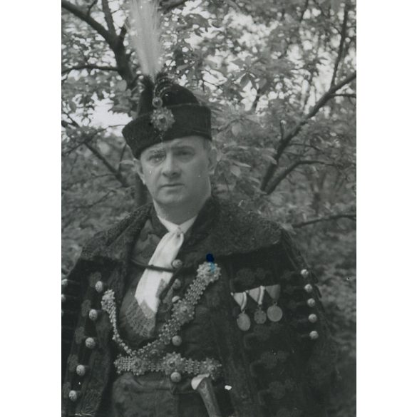 Pálfy Aladár díszmagyarban, érdemrendekkel, hátoldalon Micsky Imre ezredesnek írott gratuláció, Budapest 1938, 1930-as évek, Eredeti fotó, papírkép, középen törésnyom.