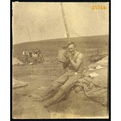 Magyar katona, tüzér egy támadás után, egyenruha, 1. világháború, keleti hadszíntér, Potzajew-nél (?), 1916 július 5, 1910-es évek,  Eredeti fotó, papírkép.