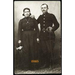 Magyar tüzér feleségével, katona, egyenruha, kard, 1910-es évek, Eredeti fotó, papírkép.