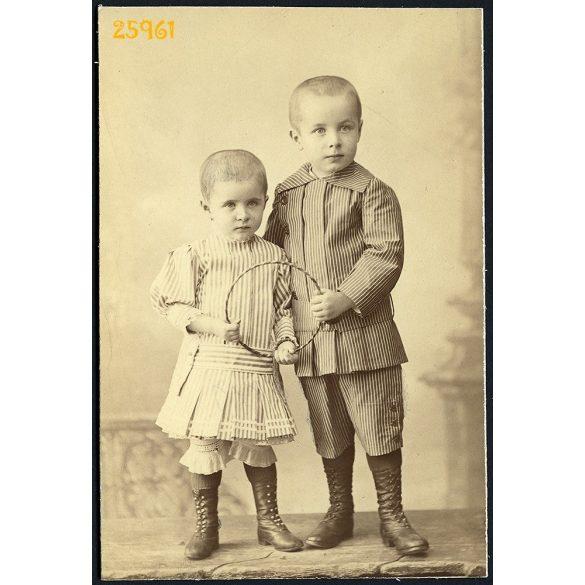 Mai és Társa műterem, Budapest, testvérek rövid hajjal, csíkos ruhában, játékkal, karikával, 1890-es évek, Eredeti kabinetfotó.