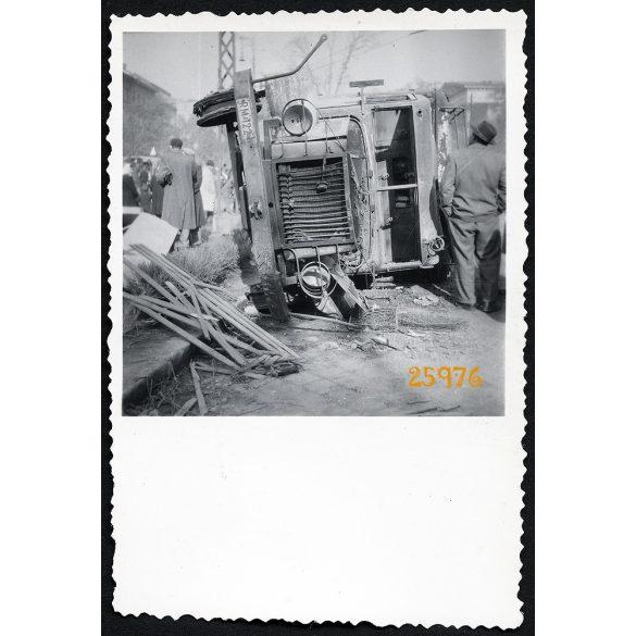 1956-os forradalom, Budapest, szétlőtt, kiégett, felborult teherautó a Kálvin téren, jármű, közlekedés, 1950-es évek, Eredeti fotó, papírkép.