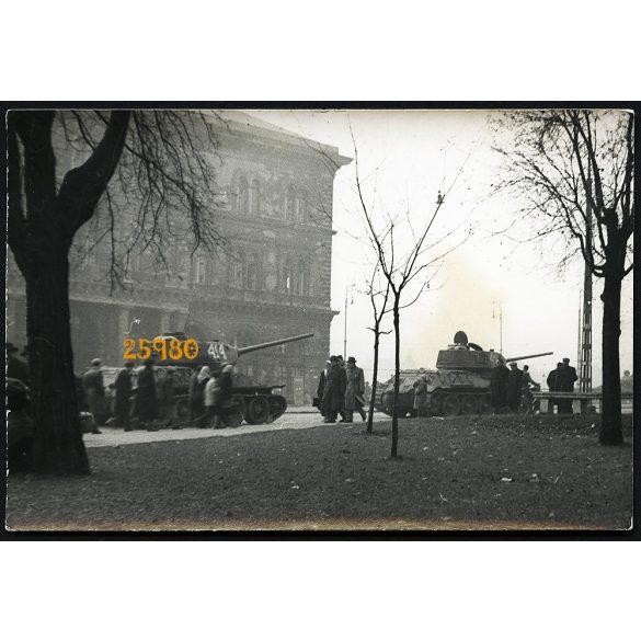 1956-os forradalom, Budapest, katonák, tankok a Fővám téren, 1950-es évek, Eredeti fotó, papírkép.