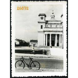 Vác,  a Székesegyház kerékpárral, bicikli, jármű, közlekedés, 1930-as évek, Eredeti fotó, papírkép.