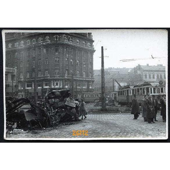 1956-os forradalom, Budapest, szétlőtt ház a Boráros téren, üzlet, kirakat, 1950-es évek, Eredeti fotó, papírkép.
