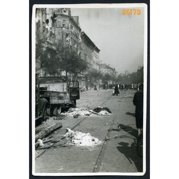 1956-os forradalom, Budapest, utcakép halottakkal, teherautók,József körút (?), jármű, közlekedés, 1950-es évek, Eredeti fotó, papírkép.