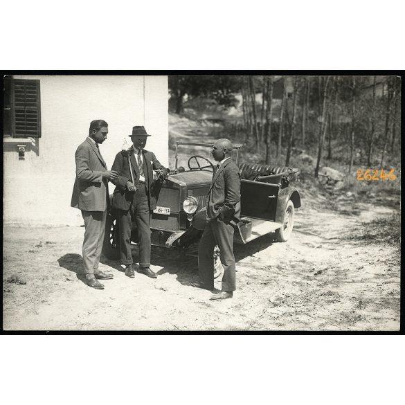Férfiak borozgatnak Fiat gépkocsi mellett, lopótök,  jármű, közlekedés, 1920-as évek, Eredeti fotó, papírkép.