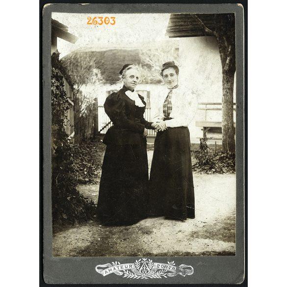 Izeli Ferenc fényképész, Törökbálint, anya lányával házuk udvarán, elegáns hölgyek, portré, 1890-es évek, Eredeti kabinetfotó.