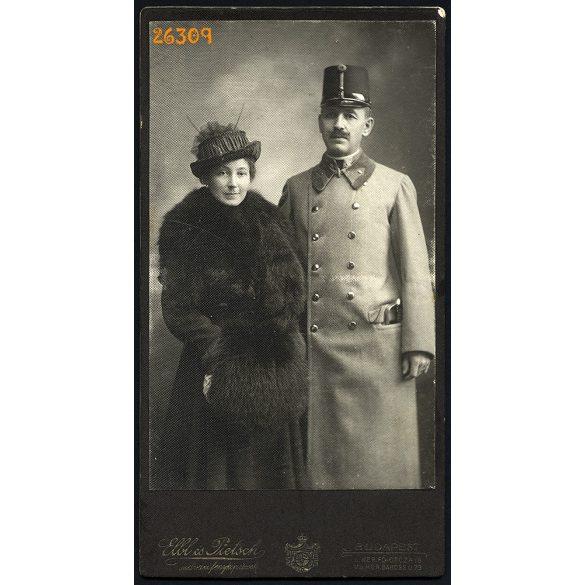 Blahos műterem, (Elbl & Pietsch kartonon), Budapest, elegáns házaspár  portréja, katonatiszt, egyenruha, 1920-as évek, Eredeti nagyméretű kabinetfotó.