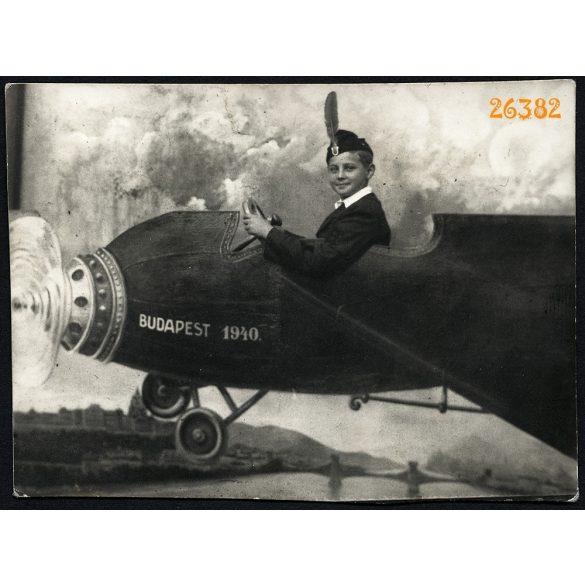 Ismeretlen műterem, Budapest, iskolás fiú darutollas sapkában, papír repülőgép, különös háttér, 1940, 1940-es évek, Eredeti fotó, papírkép.