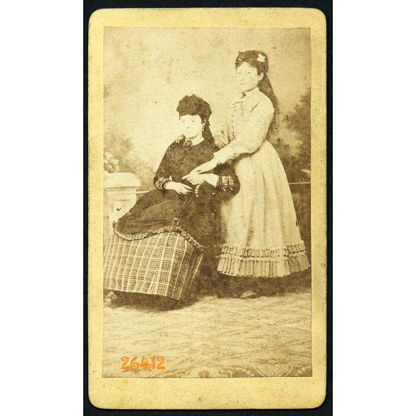 Weissböck műterem, Pest, elegáns hölgyek, anya lányával, 1870-es évek, Eredeti CDV, vizitkártya fotó.