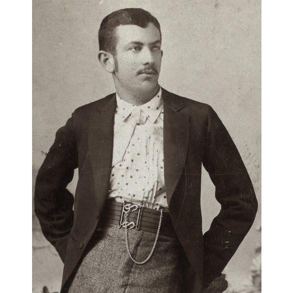 Hegedűs műterem, Szentes, elegáns férfi különös övvel, óralánccal, 1890-es évek, Eredeti CDV, vizitkártya fotó.