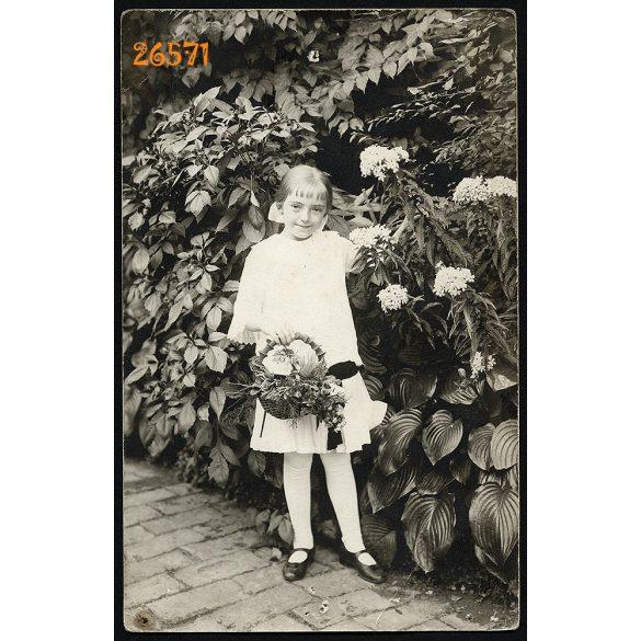 Aszód, kislány, 'Bányai Ninus' portréja a kertben, kosár, virág, 1915, 1910-es évek, Eredeti fotó, papírkép.