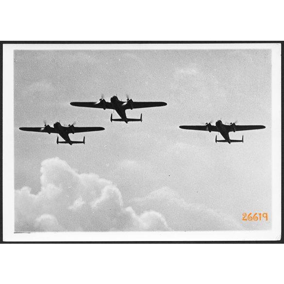 Doriner Do 17 német könnyűbombázók, repülőgép, Luftwaffe, 2. világháború,  1940, 1940-es évek, Eredeti nagyobb méretű gyári werkfotó, szignózott, magyar pecséttel ellátott papírkép.