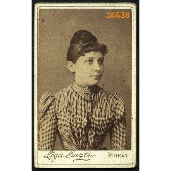 Lőger műterem, Nyitra, Felvidék, elegáns hölgy medállal portré, 1889, 1880-as évek, Eredeti CDV, vizitkártya fotó.