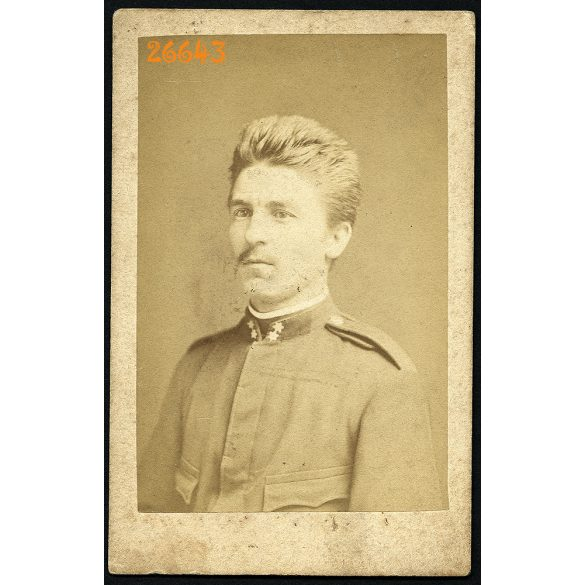 Beszédes műterem, Esztergom, magyar katona egyenruhában, portré, 1870-es évek, Eredeti CDV, vizitkártya fotó.