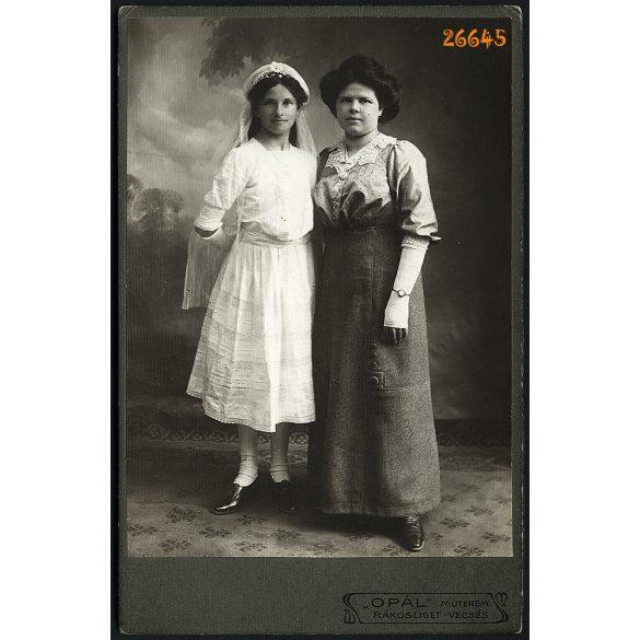 Opál műterem, Rákosliget, anya elsőáldozó lányával, festett háttér, portré, 1910-es évek, Eredeti kabinetfotó.