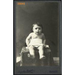 Szigethy Margit műterme, Kolozsvár, Erdély, kisfiú az asztalon, gyerek portré, 1900-as évek, Eredeti kabinetfotó.