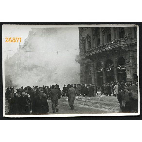 1956-os forradalom, Budapest, Kossuth Lajos utca, Szovjet Kultúra Háza, könyvek és iratok égetése, megsemmisítése, 1950-es évek,  Eredeti fotó, papírkép.