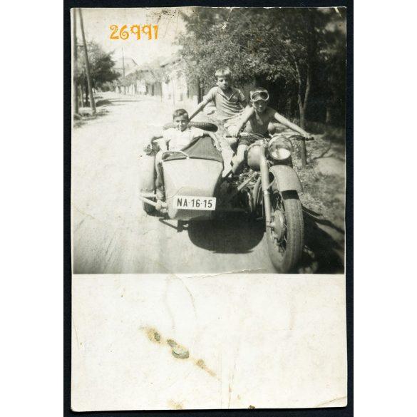 Fiúk Ural IMZ M72 750 oldalkocsis motorkerékpáron, jármű, közlekedés, 1960-as évek, Eredeti fotó, papírkép.