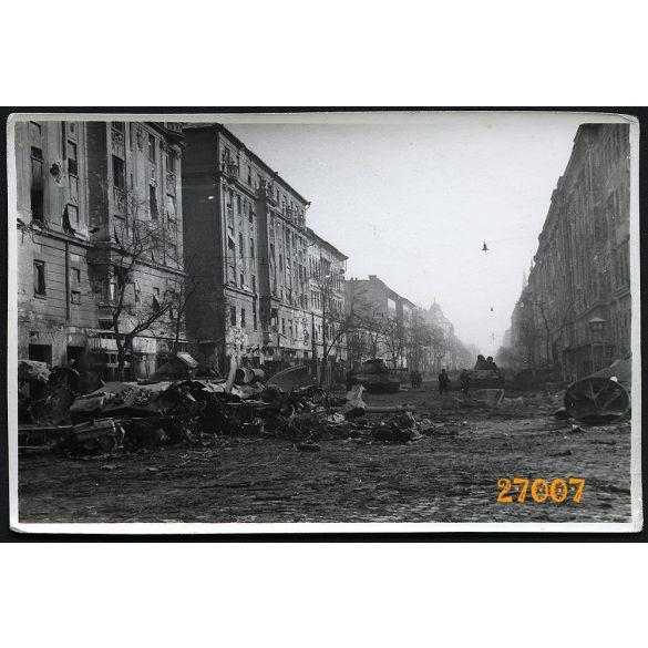 1956-os forradalom, Budapest, Üllői út, utcarészlet, szétlőtt tankok, 1950-es évek, Eredeti fotó, papírkép.