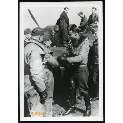 'A századparancsnok üdvözli győztesen hazatérő vadászpilótáit Messerschmitt gépe mellett', repülő, katona, egyenruha, 2. világháború, 1940, 1940-es évek, Eredeti nagyobb méretű pecséttel jelzett OKW f