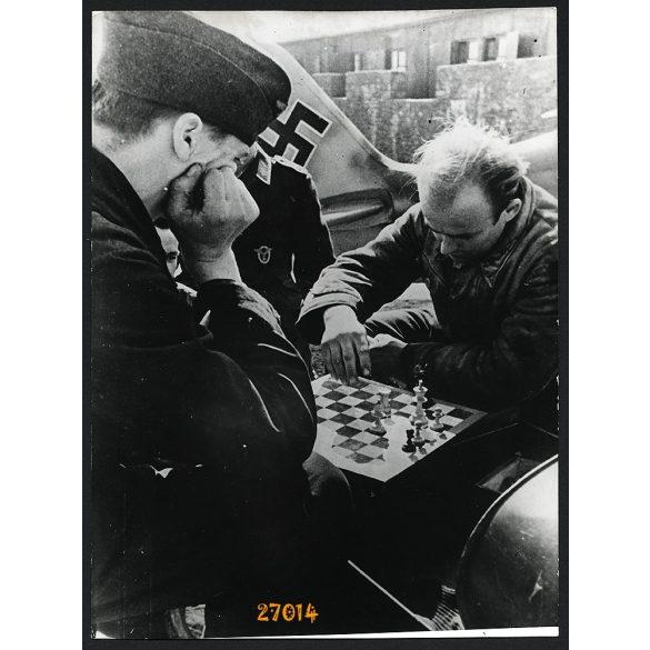'Két bevetés között egy parti sakk', német repülősök, katona, 2. világháború, 1940-es évek, Eredeti nagyobb méretű fotó, papírkép.