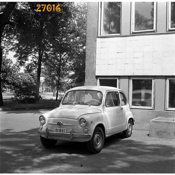 Öreg autó Yugo-Zastava 750 (a jugoszláv Fiat 500), gépkocsi, jármű, közlekedés, 1970-es évek, Eredeti fotó negatív, sarka hiányos!