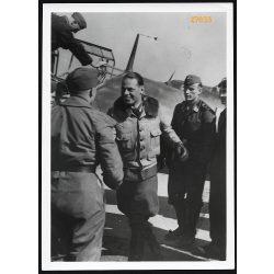 'A sikeres portyázóútról hazatérő vadászpilóta jelentése után a századparancsnok gratulál a győzelemhez', német katona, repülő, 2. világháború, 1940, 1940-es évek, Eredeti nagyobb méretű pecséttel ell