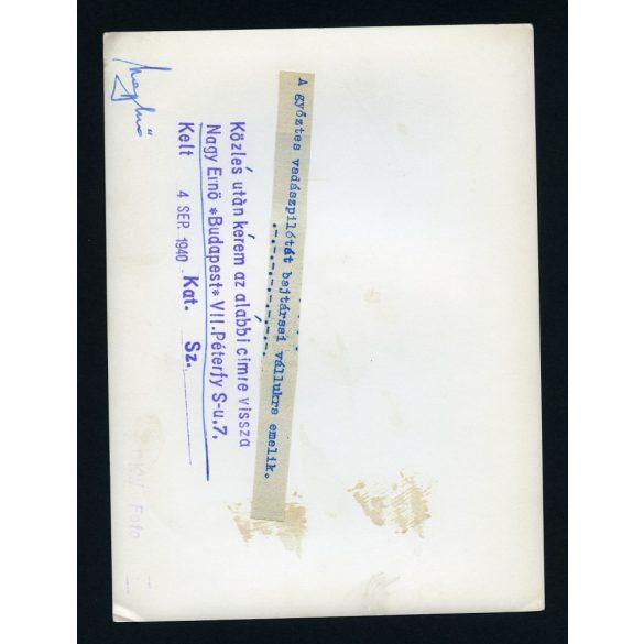A győztes vadászpilótát bajtársai vállukra emelik , katona, repülő, 2. világháború, 1940, 1940-es évek, Eredeti nagyobb méretű pecséttel ellátott OKW fotó, papírkép.