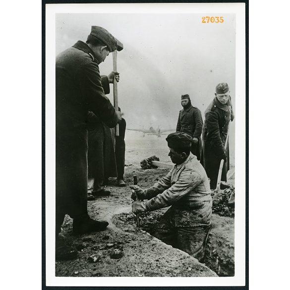 'Német műszaki építőcsapatok tábori repülőteret létesítenek Észak-Franciaországban. A háttérben egy Junkers 88. bombázó.', 2. világháború, német, katona, repülő, 1941, 1940-es évek, Eredeti nagyobb mé