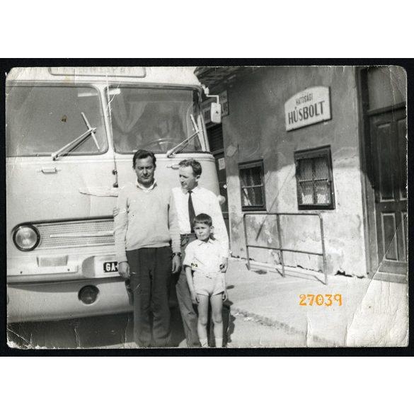 Ikarus 55 autóbusz a hatósági húsboltnál, busz, jármű, közlekedés, 1960-as évek, Eredeti fotó, papírkép törésnyomokkal.