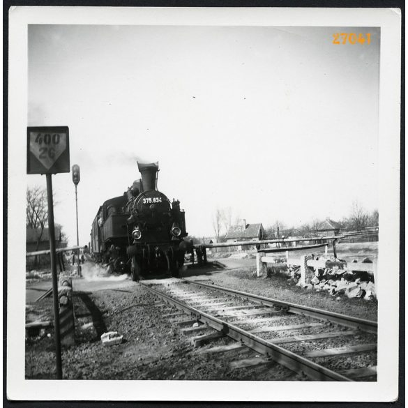 MÁV 375-ös gőzmozdony személyvonatot húz sorompós átkelőnél, jármű, közlekedés, vasút, 1960-as évek, Eredeti fotó, papírkép.