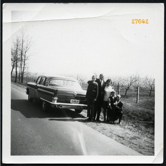Utazás Csajka személygépkocsival, autó, jármű, közlekedés, 1970-es évek, Eredeti fotó, papírkép törésnyomokkal.